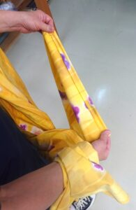 袖底の縫いしろを手で伸ばしている所